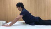 ピラティス呼吸を行いながら、体幹伸展と股関節伸展を行います。頭部、頸部、胸部、腰部、股関節の順番に伸展させる