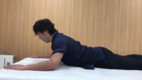 最後まで伸展させた時に肩甲骨が引き上がって挙上しないようにし、頭頸部を伸長させます。