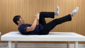 体幹と片方の股関節は屈曲位を保ち、伸展位にある下肢を1セット10-15回呼吸をしながら上下に動かします。 伸展位にある下肢を上下に動かした時に体幹と屈曲位の下肢が動かないように注意して下さい。