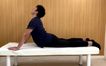長時間のデスクワークで腰の違和感に悩んでいる方にお勧めの腰痛体操の画像